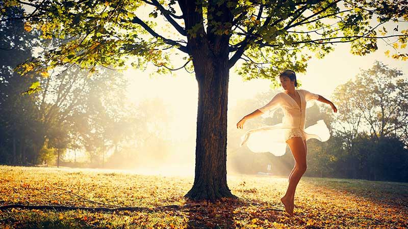 אישה רוקדת בשדה - טיפול בתנועה