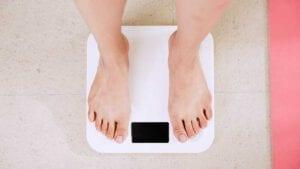כיצד חרדה משפיעה על עליה במשקל